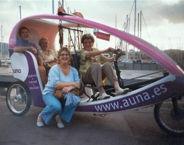 paseo en bici por el puerto Olimpico en Barcelona